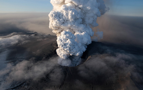 Image de l'éruption del'Eyjafjöll en 2010 qui à causé un arrêt du trafic aérien en Europe