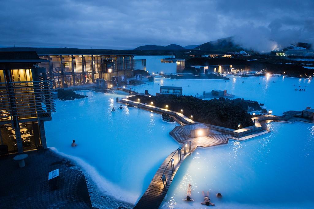 Le Blue lagoon (lagon bleu) en Islande est un lac réchauffé par le géo-thermalisme de l'île.