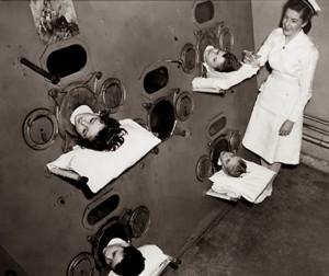 Des Enfants dans un poumons d'acier.