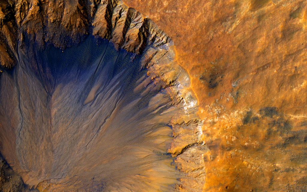 Un cratère d'environ 1km de large dans Sirenum Fossae. NASA/JPL-Caltech/University of Arizona