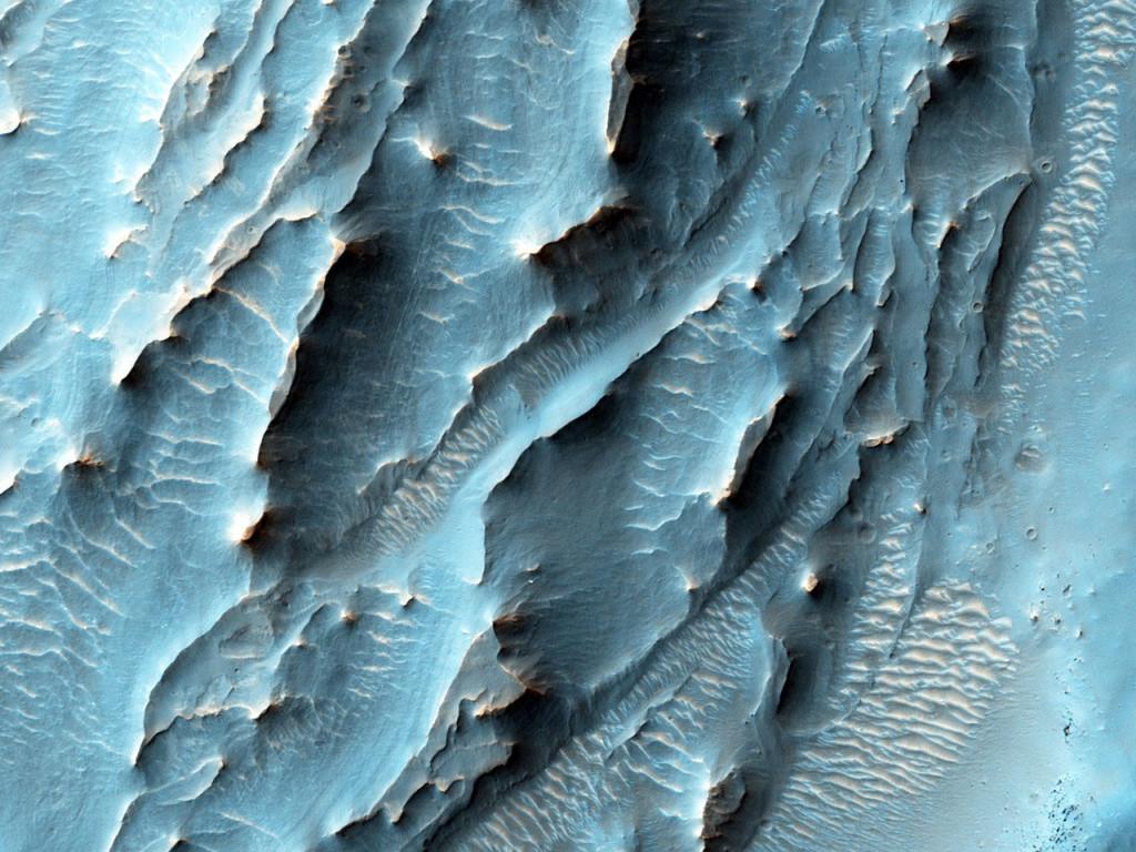 Dépôt bleuâtre énigmatique dans le cratère Gale. NASA/JPL-Caltech/University of Arizona