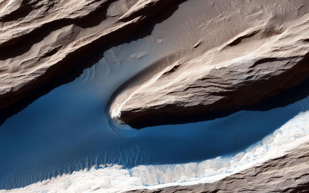 """Un """"yardang"""", crête rocheuse formée par l'érosion éolienne. NASA/JPL-Caltech/University of Arizona"""