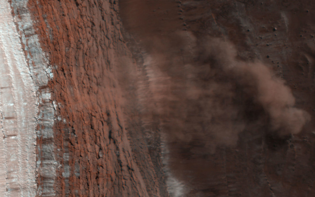 Une avalanche prise sur le vif, sur une falaise d'environ 700m de hauteur. NASA/JPL-Caltech/University of Arizona