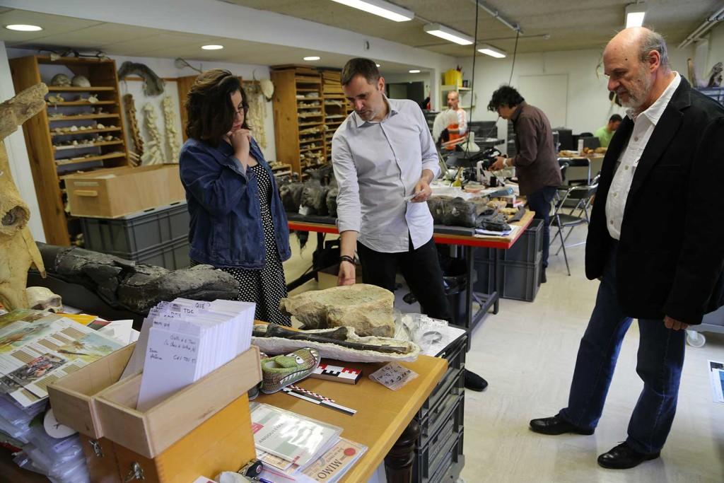 Notre journaliste Elodie, attentive aux explications de Ronan Allain, sous le regard de Jean-François Tournepiche.