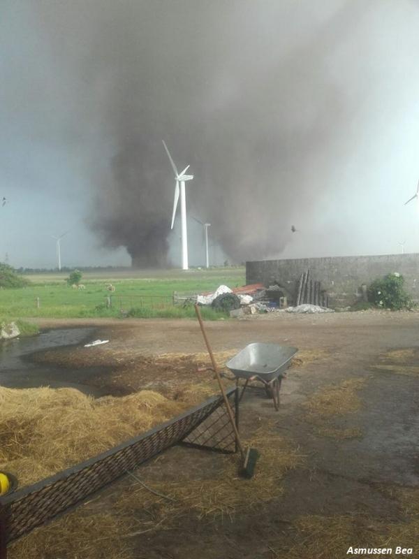 Double tornade observée au nord de l'Allemagne.