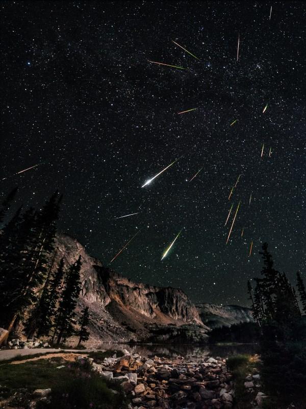 Photomontage réalisé par David Kingham, superposant 23 photos d'étoiles filantes dans un même lieu.