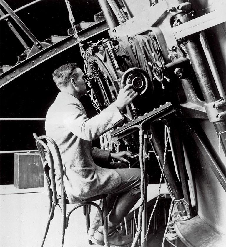 Edwin Hubble utilisant le télescope Hooker du Mont Wilson