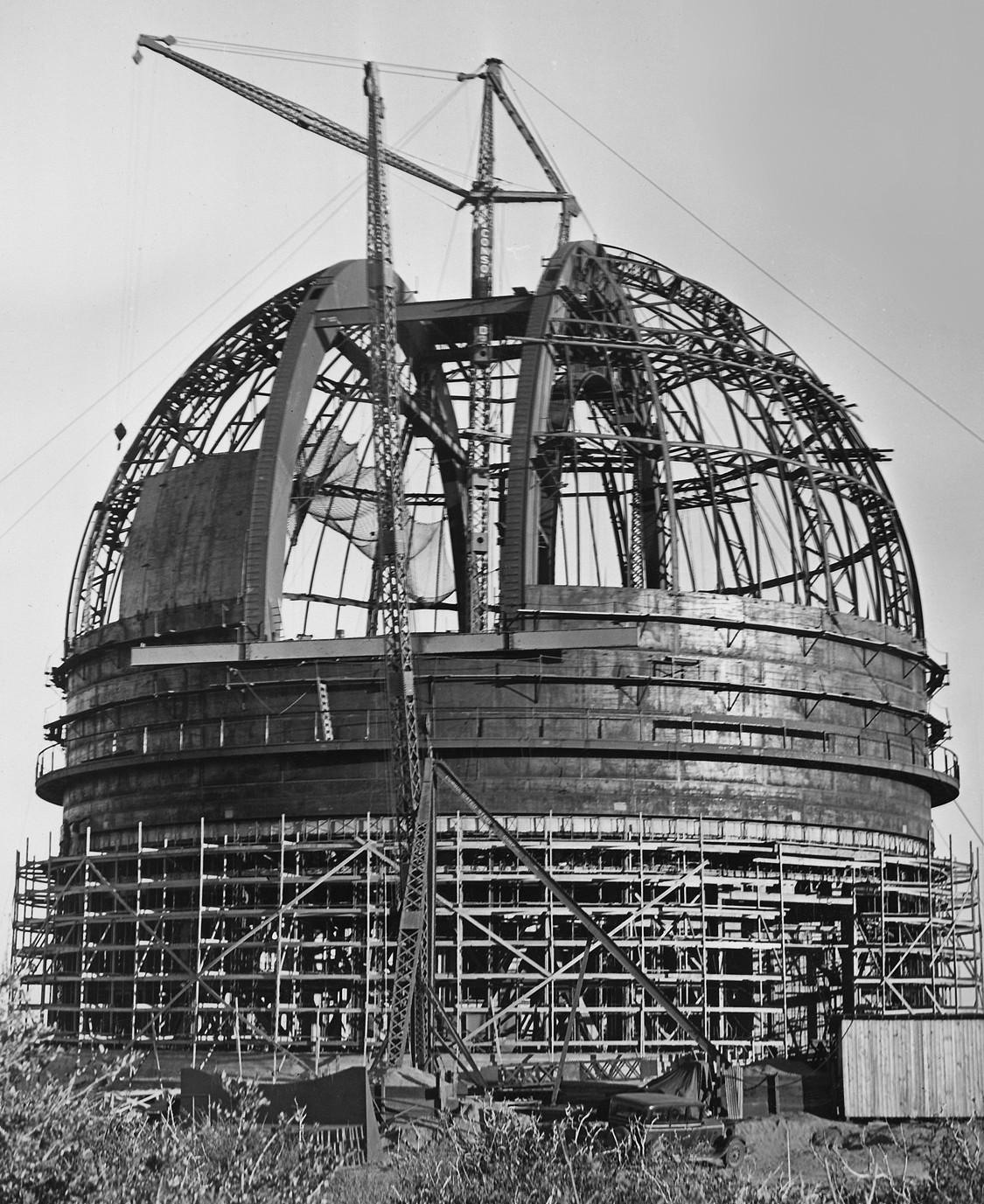 La construction du dôme du Mont Palomar.