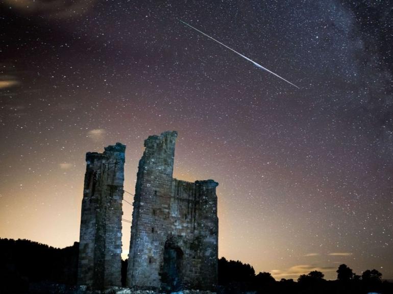 Étoile filante au-dessus des ruines du château d'Edlingham, le 12 août 2013. Photo par Tom Heaton